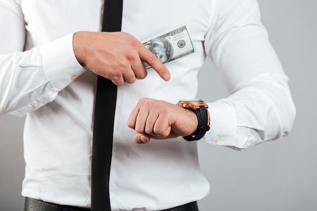 Feche acima de um homem de negócios
