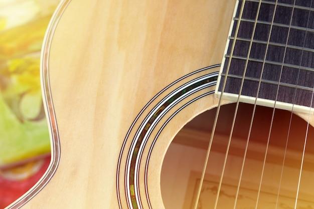 Feche acima de um violão
