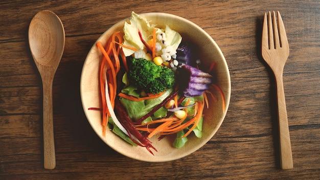 Feche acima de uma bacia de salada, alimentos vegatable orgânicos vegan saudáveis, tiro aéreo acima ou superior da vista