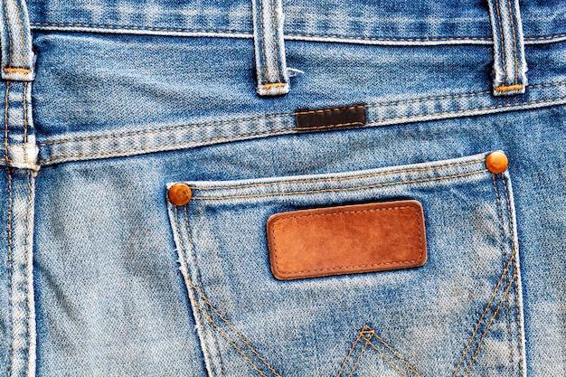 Feche acima de uma etiqueta de calças de ganga. rótulo de jeans em branco para adicionar texto