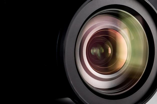 Feche acima de uma lente de câmera digital.