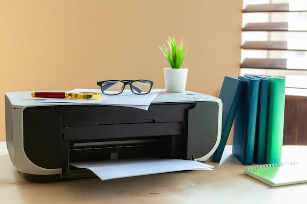 Feche acima de uma mesa de escritório com impressora nele