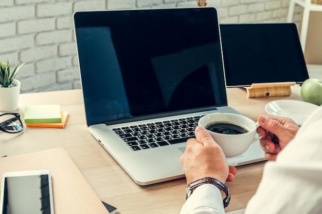 Feche acima de uma mesa de trabalho de um empresário com laptop