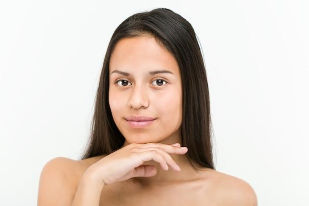 Feche acima de uma mulher hispânica bonita e natural