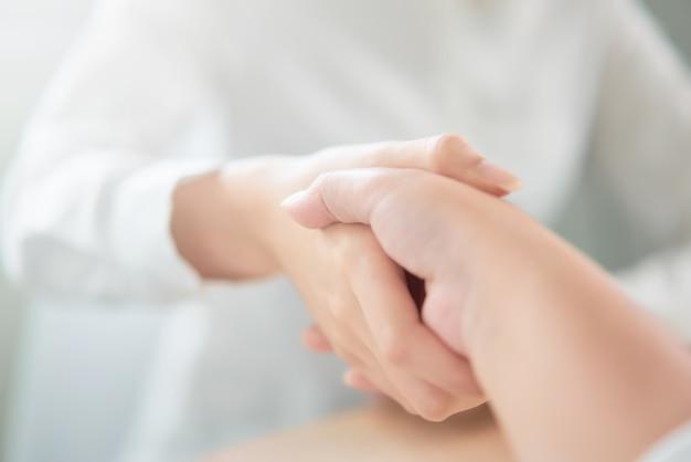 Feche acima do aperto de mão da parceria bem sucedido após negociar o negócio.