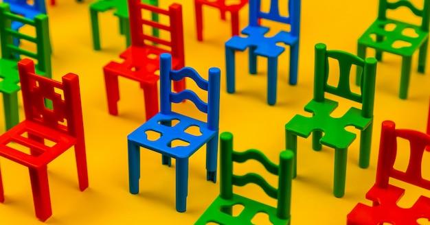 Feche acima do assento da cadeira colorido. filas de assentos de plástico na arena. padrão de textura de cadeiras conjunto com vazio. o anfiteatro. esportes.