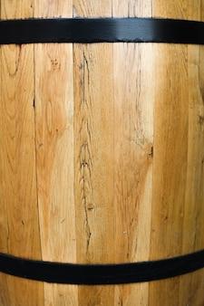 Feche acima do barril de madeira envernizado