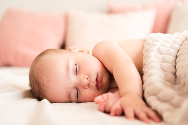 Feche acima do bebê recém-nascido adorável