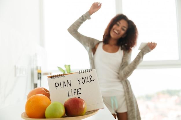 Feche acima do caderno com o slogan 'planeje sua vida'