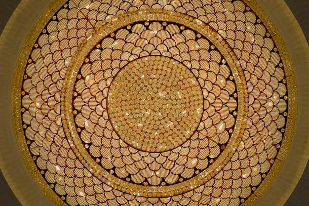 Feche acima do candelabro de chrystal pela forma do círculo