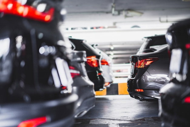 Feche acima do carro estacionado no estacionamento subterrâneo.