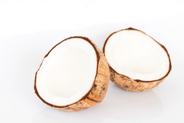 Feche acima do coco no fundo branco