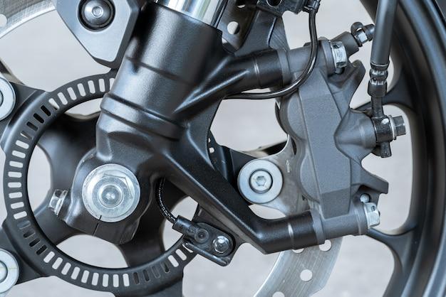 Feche acima do compasso de calibre radial da montagem na motocicleta - freio de disco e sistema do abs em bicicletas do esporte.