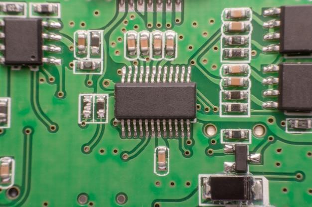 Feche acima do componente eletrônico na placa de circuito impresso,