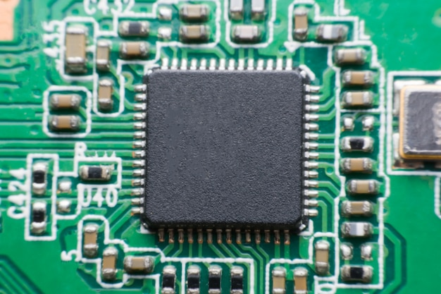 Feche acima do componente eletrônico na placa de circuito impresso