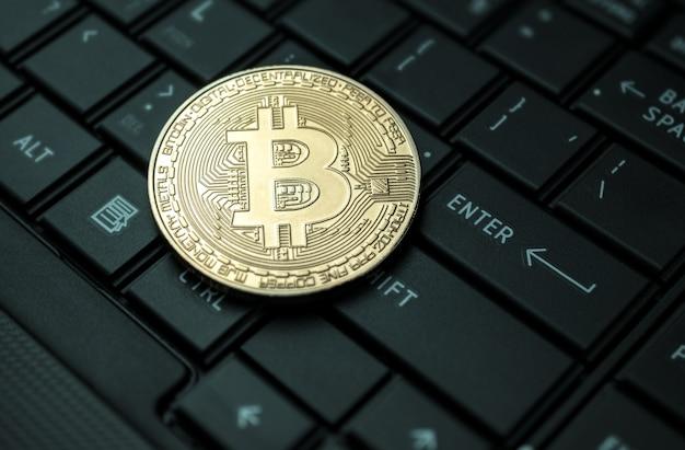 Feche acima do conceito crypto do fundo da moeda da moeda dourada do bitcoin.