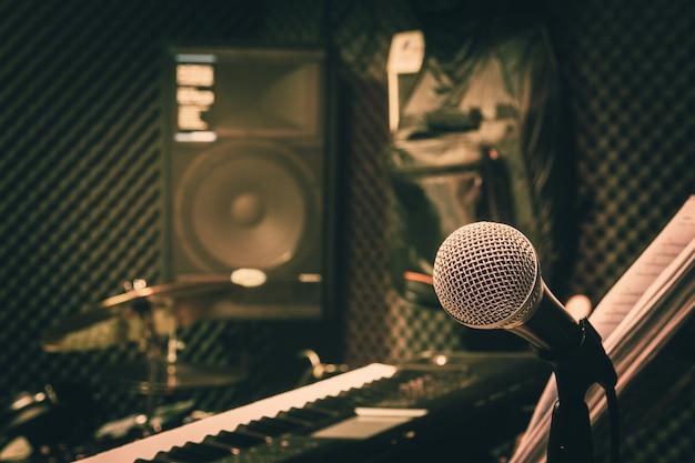 Feche acima do conceito do fundo da música dos instrumentos.