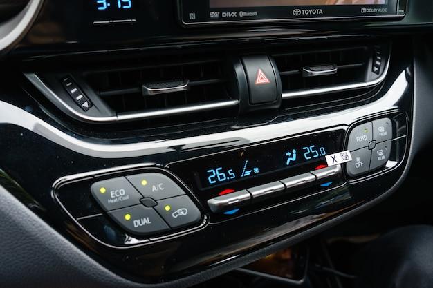 Feche acima do condicionador de ar no carro, detalhe do automóvel.