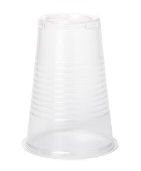 Feche acima do copo plástico no fundo branco