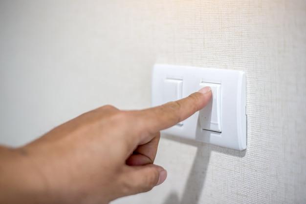 Feche acima do dedo está ligando ou desligando no interruptor de luz. copie o espaço.