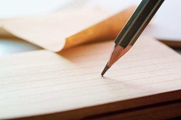 Feche acima do desenho de lápis no papel de nota.