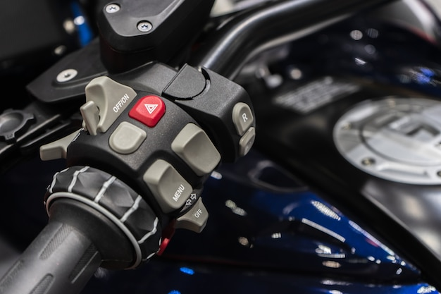 Feche acima do detalhe de guidão da motocicleta de competência. conceito de fundo de automobilismo.