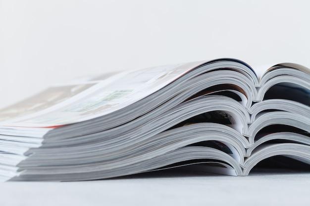 Feche acima do empilhamento da revista