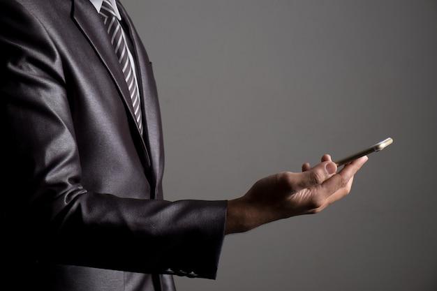 Feche acima do empresário que joga o multimédia