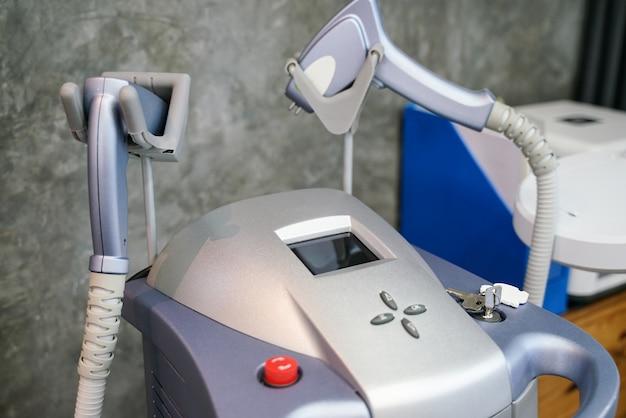 Feche acima do equipamento do laser do tratamento da pele para procedimentos cosméticos
