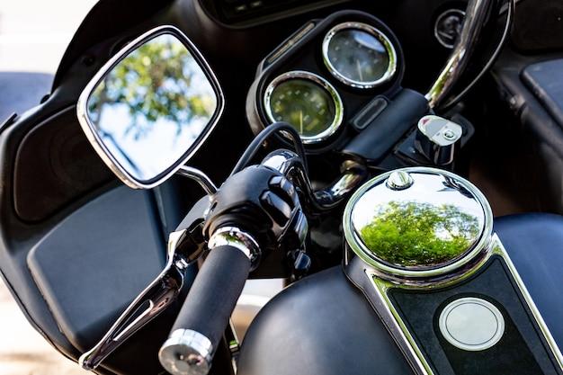 Feche acima do estacionamento da motocicleta do vintage na estrada. vista inclinada