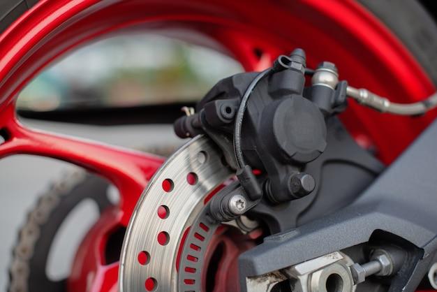 Feche acima do freio moderno da motocicleta.