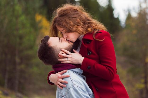 Feche acima do homem que beija a mulher