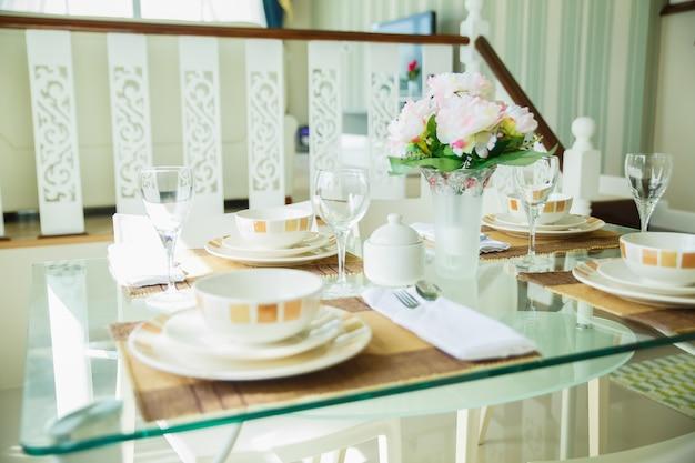 Feche acima do interior da sala de jantar acolhedor no projeto moderno com mesa de jantar.
