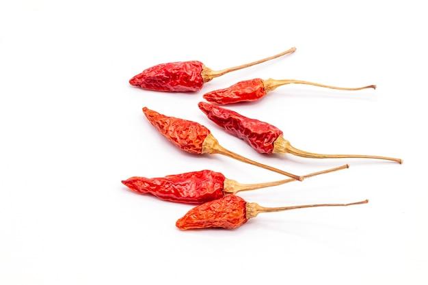 Feche acima do isolado de pimenta vermelha seca no fundo branco.