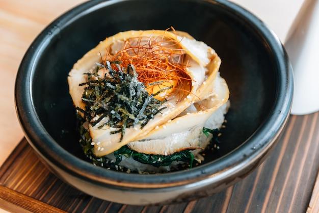 Feche acima do japonês chashu don: cobertura de arroz de vapor com barriga de porco assada.