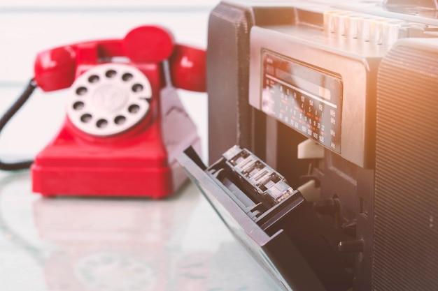 Feche acima do leitor de cassetes de rádio é telefone aberto e velho, estilo vintage.