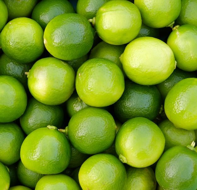 Feche acima do limão fresco para o fundo do alimento