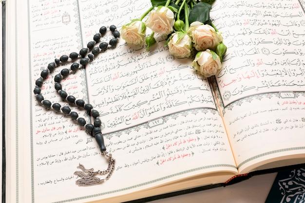 Feche acima do livro sagrado islâmico aberto