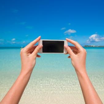 Feche acima do mar de turquesa do fundo do telefone no recurso wxotic