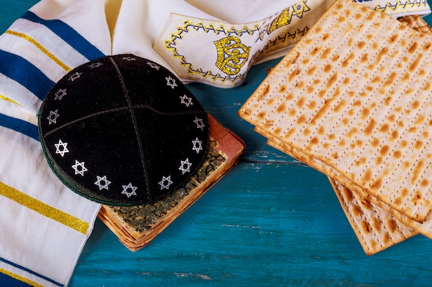 Feche acima do matzot judaico da páscoa do feriado do conceito e do tallit o substituto para o pão no feriado judaico da páscoa judaica.