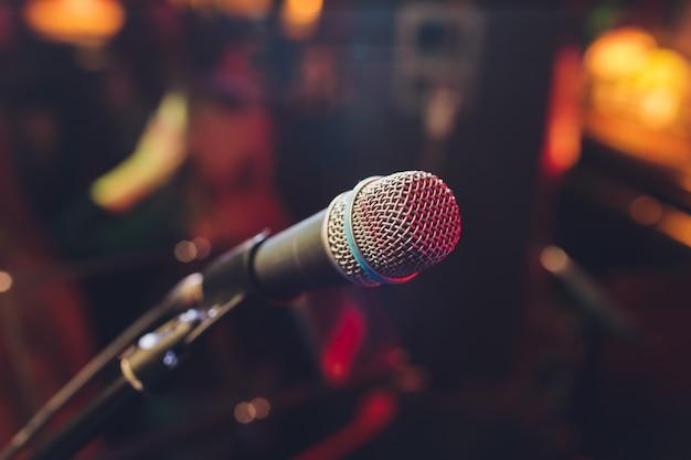 Feche acima do microfone na sala de concertos ou na sala de conferências.