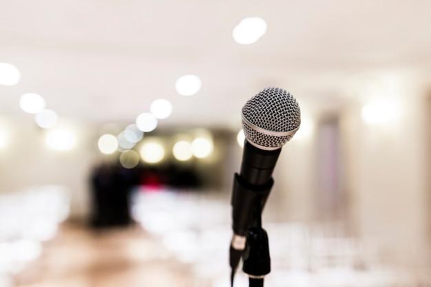 Feche acima do microfone velho na sala de conferências. conceito de negócios e empresa