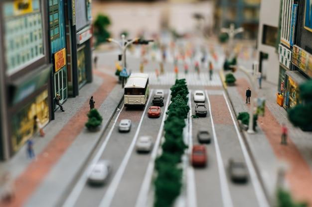 Feche acima do modelo de carros pequenos na estrada, concepção de tráfego.