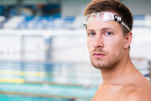 Feche acima do nadador considerável