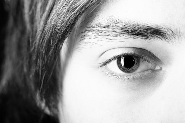 Feche acima do olho
