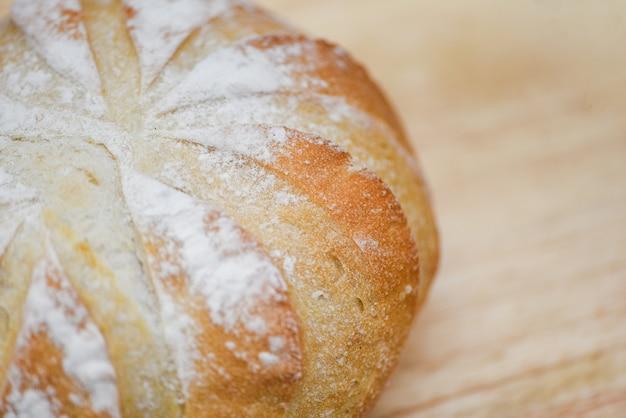 Feche acima do pão - pão fresco da padaria. conceito de comida de pequeno-almoço caseiro
