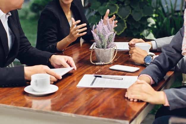 Feche acima do processo de trabalho na reunião de negócios