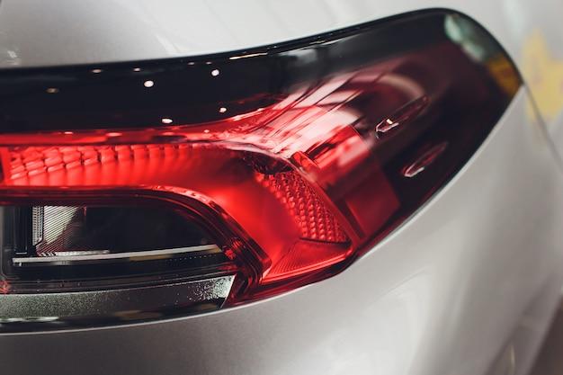 Feche acima do projetor lanterna traseira do carro moderno e elegante, conceito de peça automotiva.