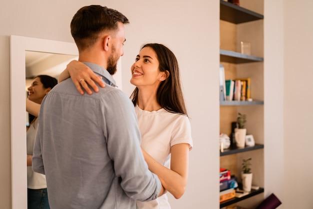 Feche acima do retrato de casal sorridente