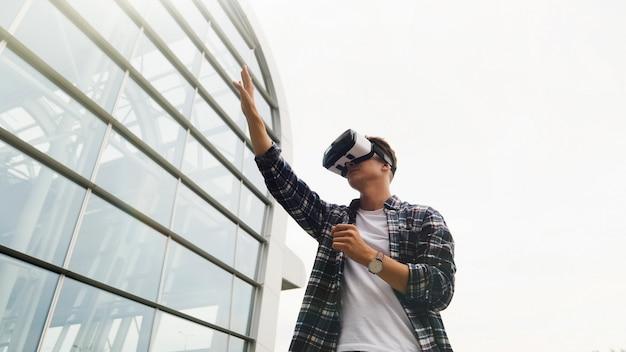 Feche acima do retrato do homem, experimentando a realidade virtual